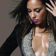 Alicia immer sexy und figurbetont gekleidet