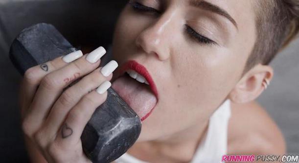 Miley Cyrus leckt erotisch am Hammer