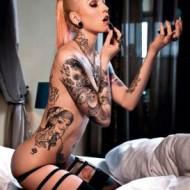 Tattoos und nackte Haut