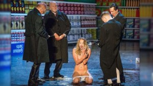 Hier urinieren Folterer auf eine SexSklavin