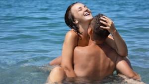 Paar beim Outdoorsex im Pool